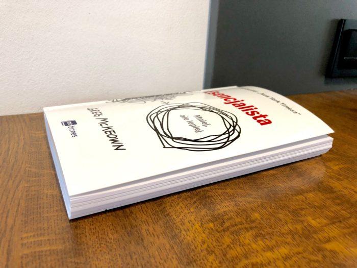 Książka leży na blacie. Zawsze jest pod ręką. :)